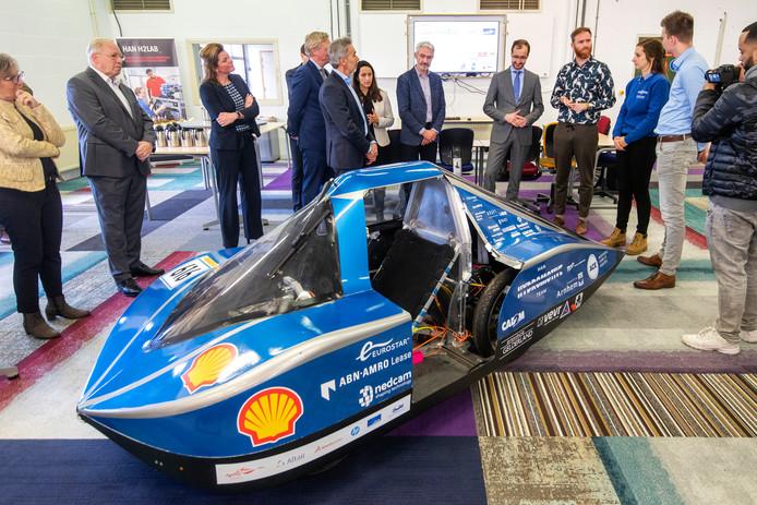 Minister Eric Wiebes (vijfde van rechts) bekijkt de waterstofauto van de Hogeschool Arnhem Nijmegen.