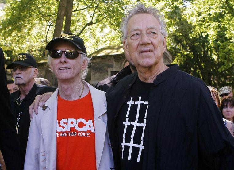 Ray Manzarek (rechts) en gitarist Robby Krieger in 2011 op het kerkhof Père Lachaise in Parijs bij de herdenking van Jim Morrisons 40ste sterfdag. Beeld reuters