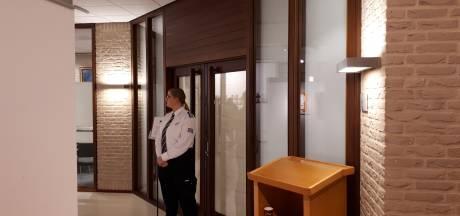 Ontslag burgemeester Bouman Noordoostpolder blijft mysterie, debat achter gesloten deuren en geheime memo roept vragen op
