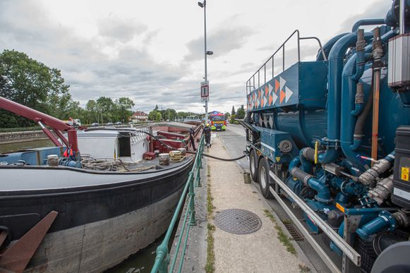 De Civiele Bescherming kwam met twee tankwagens ter plaatse om het vervuilde water weg te pompen.