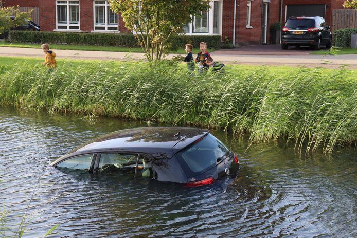Een auto is in het water in Vleuten gerold.