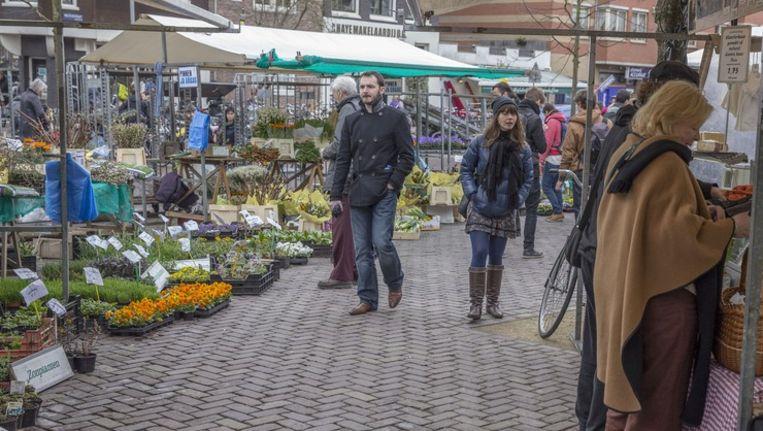 De Noordermarkt op zaterdag, met de omstreden bloemenstal met een niet volledig biologisch geteeld aanbod. Beeld Amaury Miller