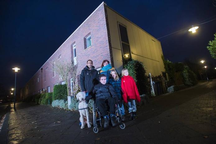 Familie Heutinck kan de komende drie maanden niet thuis wonen door een brand.