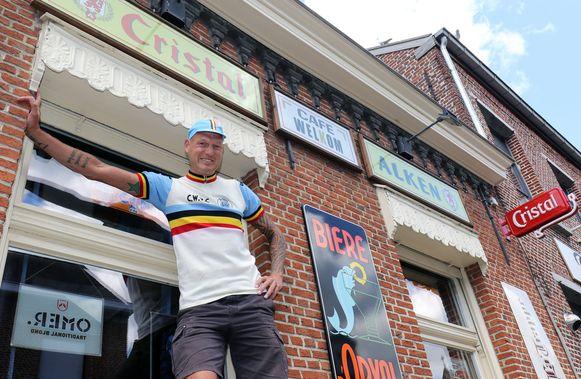 Jo Helsen van Café Welkom aan de voorgevel van het café.