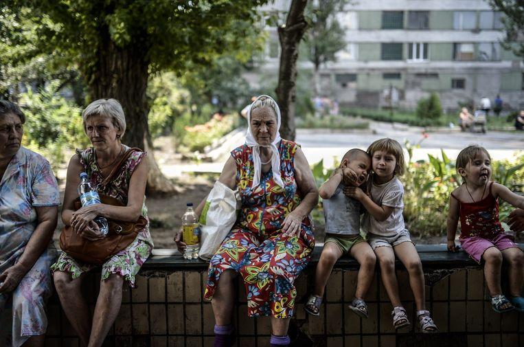 Vluchtelingen wachten voor een hostel dat wordt gerund door de separatisten in het centrum van Donetsk. Beeld afp