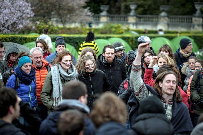 Klimaatactivisten houden de wacht in de buurt van de Wetstraat om druk te zetten.