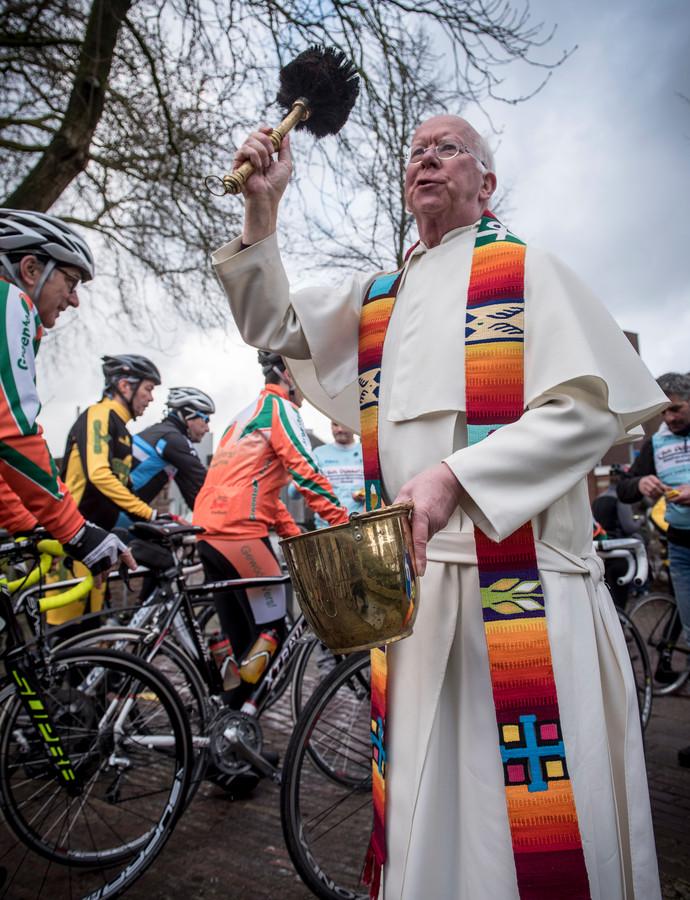 Pastoor Joost Jansen zegent jaarlijks honderden wielrenners in.
