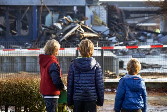 Leerlingen van basisscholen De Brinck en Jan Bluyssen te Uden bekijken de ravage de dag na de brand.