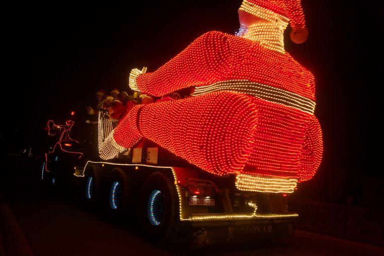 Alle voertuigen waren versierd met kerstlichtjes.