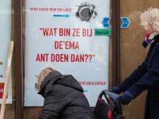 Nieuwsgierige Kampenaren gluren via 'spiekgatien' naar binnen tijdens verbouwing Hema