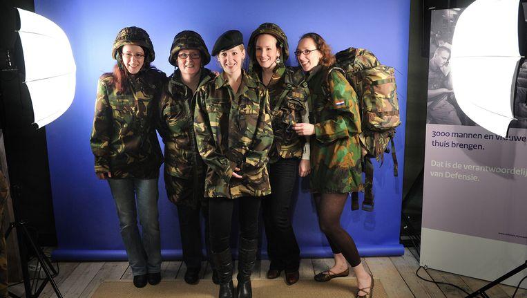 Vrouwen op de stand van Defensie op de Huishoudbeurs in Amsterdam.Foto ANP Beeld null