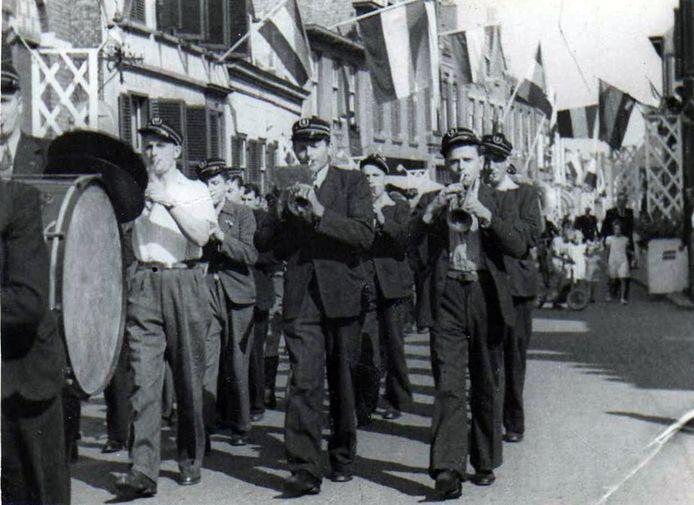 Christelijke drumfanfare Hosanna tijdens eerder bevrijdingsfeest in Axel, zowat iedereen vlagt; Hosanna is zaterdagavond ook weer paraat op de bevrijdingstaptoe in Axel.