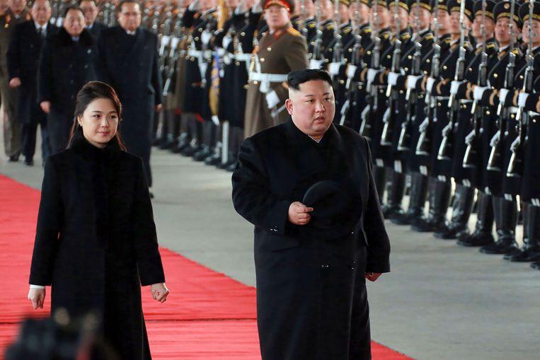 De Noord-Koreaanse leider Kim Jong-un en zijn vrouw Ri Sol-ju verlaten het station van Pyongyang op weg naar China.