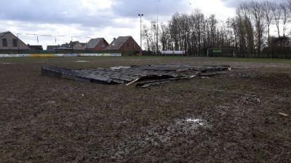 Rukwinden blazen dak van oude kleedkamers Sparta Kruiseke op voetbalveld