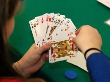 Bij 'coronaproof' bridgen zijn de tafels vier keer zo groot: 'Soms moet je aan je partner vragen welke kaart er op tafel ligt'