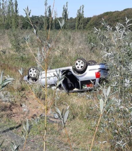 Auto raakt van de weg en belandt op de kop langs de A12