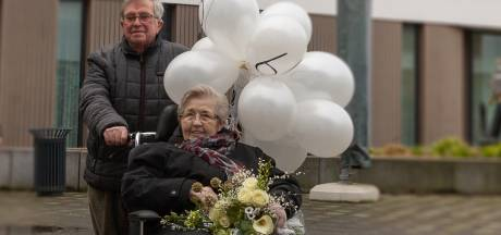 Zestig jaar getrouwd en niet meer onder één dak, maar op huwelijksdag brengt Rijssense Henk zijn Margje een romantisch bezoekje