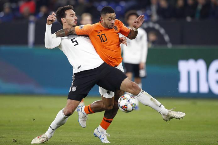 Mats Hummels (L) van Duitsland in actie tegen Memphis Depay (R) tijdens het laatste duel in de groepsfase van de Nations League.