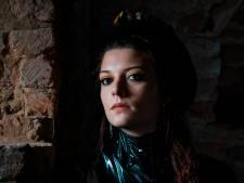 Zangeres Camilla Blue eert haar pleegouders met concert in Paradox