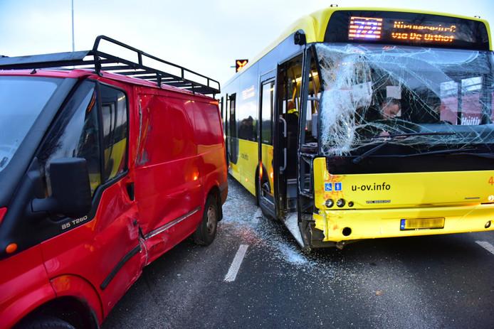 De bedrijfsbus knalde vanochtend op de stadsbus op de N412.