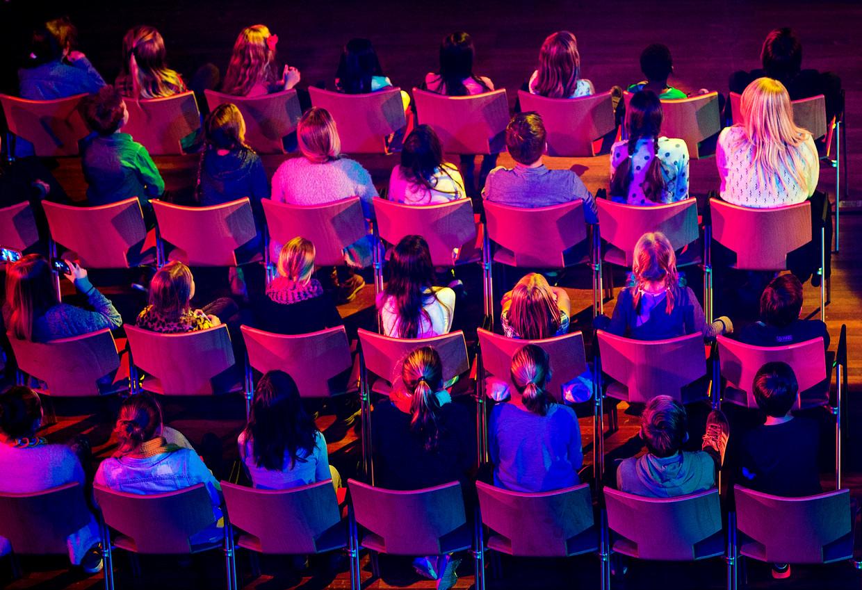 Kinderen tijdens de opname van een videoclip voor een musical van groep 8 van de basisschool.