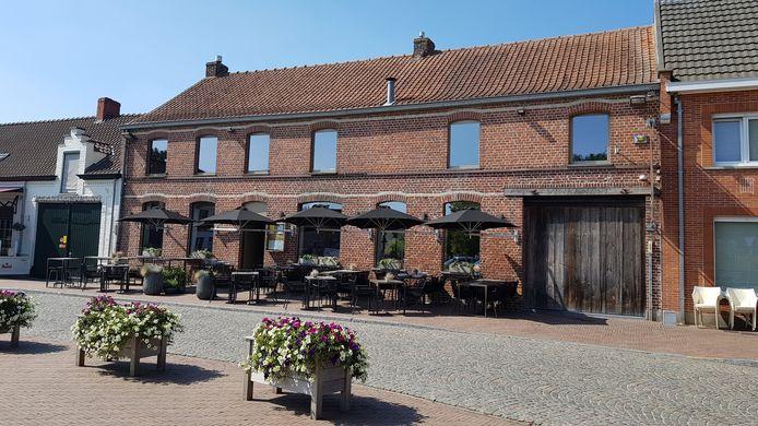 Het restaurant Vinke ligt pal in het centrum van Westouter.