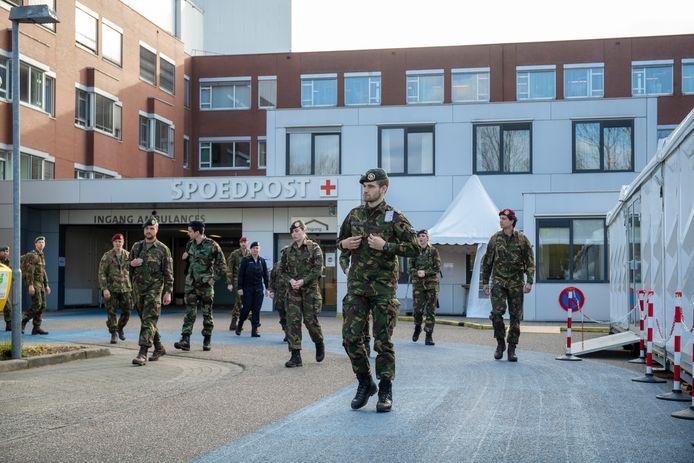 Defensiepersoneel arriveert bij Ziekenhuis Gelderse Vallei om te helpen bij de coronacrisis.