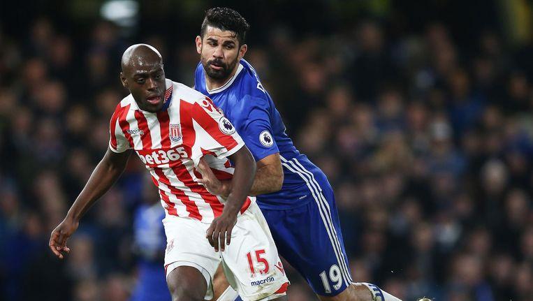 Martins Indi in duel met Costa. Beeld getty