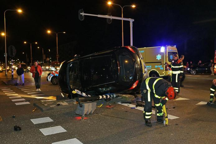 Eén van de betrokken voertuigen belandde door de botsing op de zijkant op het wegdek.