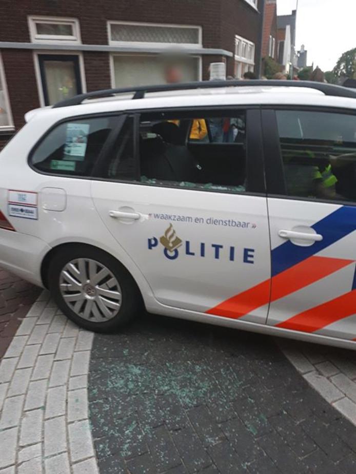 De zijruit van de politieauto werd ingetrapt