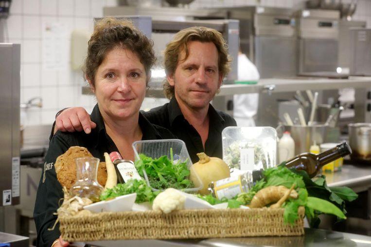 Veronique Dewulf en Lieven Bothuyne met alle ingrediënten voor hun streekproduct.
