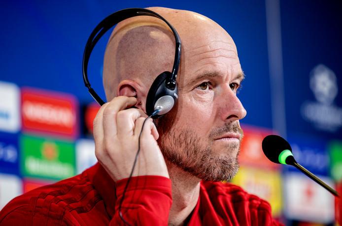 De vragen van Italiaanse journalisten worden vertaald voor Erik ten Hag.