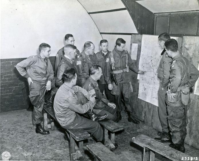 Officieren van de 82e 'All American Airborne Division', worden op 17 september 1944 vlak voor de start van de Operatie Market Garden gebriefd in het Engelse Cottesmore.