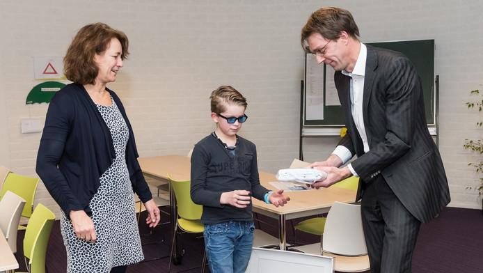 Regiomanager Margo van Berlo van de Auris Prof. Groenschool, voorzitter Nout van de kinderraad en Arnold Jonk van de Onderwijsinspectie op de - opnieuw excellente - Aurisschool.