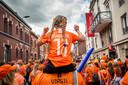 Een meisje met Lieke Martens-shirt zit op de schouders van haar vader, die zaterdag tot de mannelijke minderheid van het Leeuwinnen-legioen behoorde.