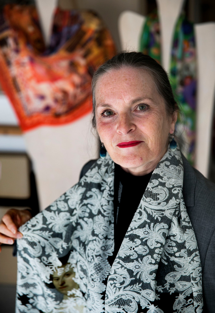 Elleke van Gorsel met de shawl die ze eerder dit jaar ontwierp voor een tentoonstelling in het Rijksmuseum.