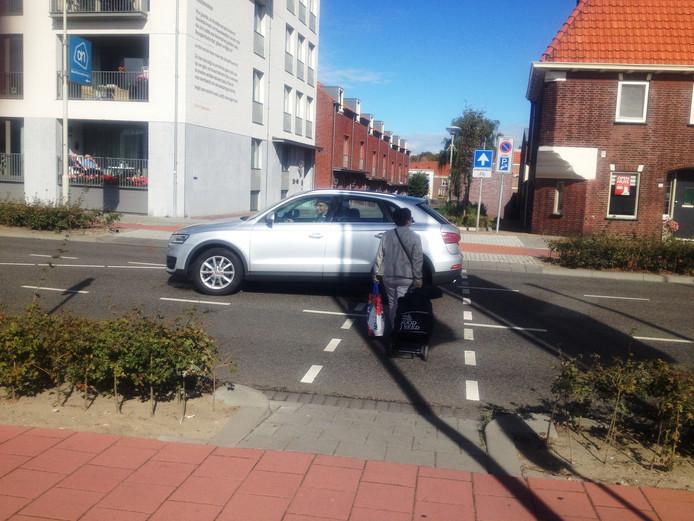 Oversteken is een hachelijke onderneming bij de Van Konijnenburgweg