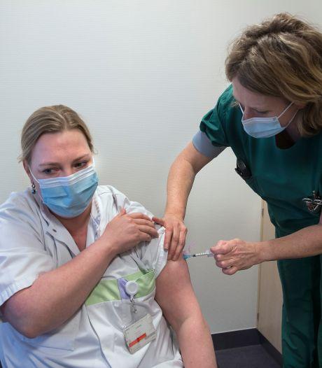 Eerste prik in het SKB: 'Zo blij dat vaccineren is begonnen'