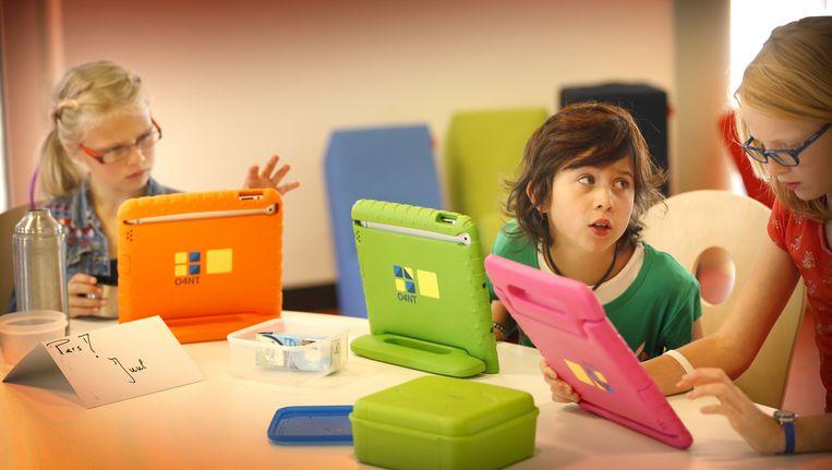 Leerlingen van de Master Steve JobsSchool in Sneek aan het werk op hun tablet. Beeld anp
