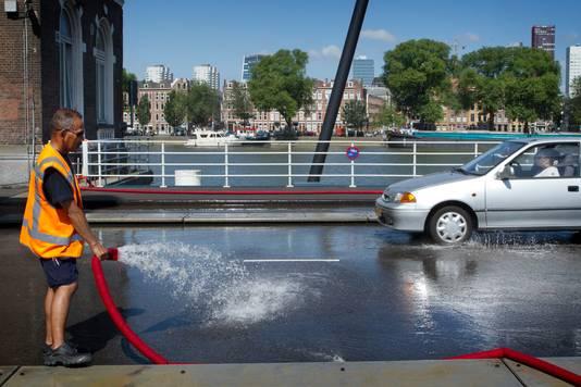 De Binnenhavenbrug werd in 2013 ook al koel gehouden met water.