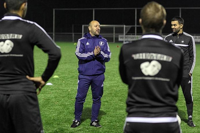 Kruisland-trainer Natalino Storelli spreekt zijn spelersgroep toe.