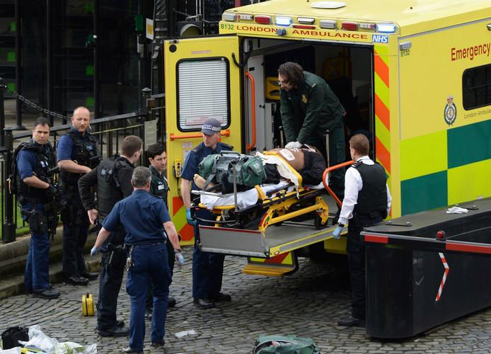 De dader wordt in de ambulance gebracht. Hij is inmiddels overleden.