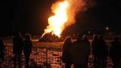 Eerste kerstboomverbranding op festivalweide Tomorrooiland
