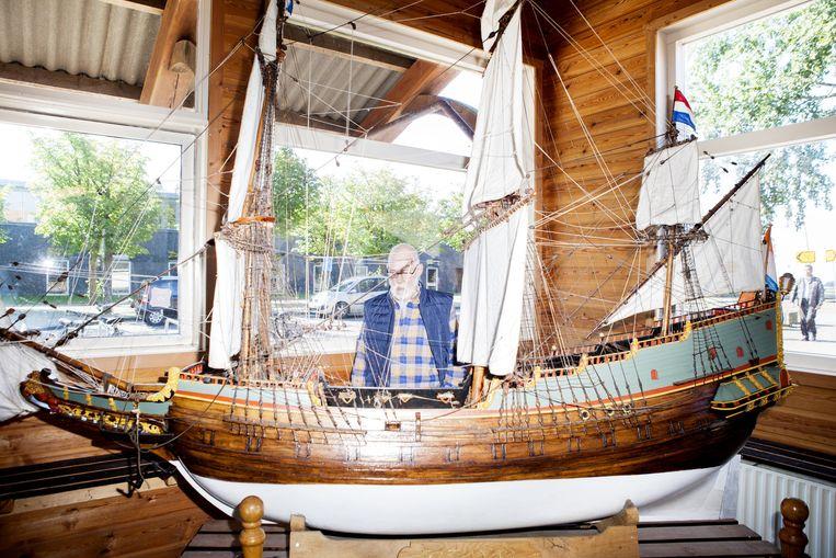 Willem Vos, scheepsbouwmeester bij het schaalmodel van de Batavia. Beeld Marie Wanders