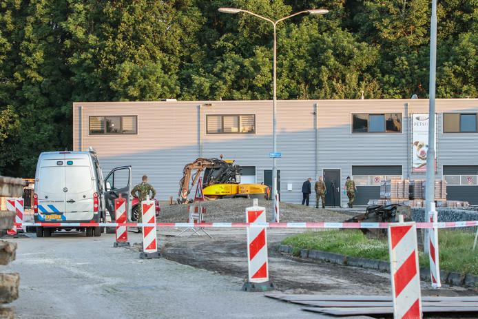 Anderhalve week geleden is aan het Westgat op Urk een handgranaat gevonden bij een bedrijf. © GinoPress B.V.