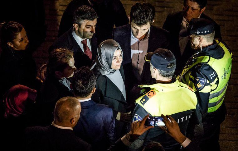 Minister Kaya wordt tegen gehouden door politie op het moment dat ze naar het consulaat wil lopen. Beeld Freek van den Bergh / de Volkskrant