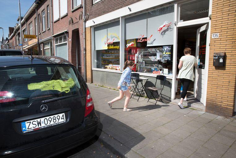 Ewelina Gawrys, eigenaresse van de Poolse delicatessenwinkel Luzik in Tilburg, haalt iedere middag haar dochter Zuzia (8) van school. Beeld Ton Toemen