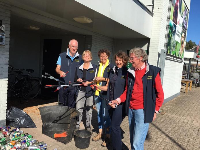 Ook in Vaassen werd zaterdag zwerfafval door vrijwilligers opgeruimd.