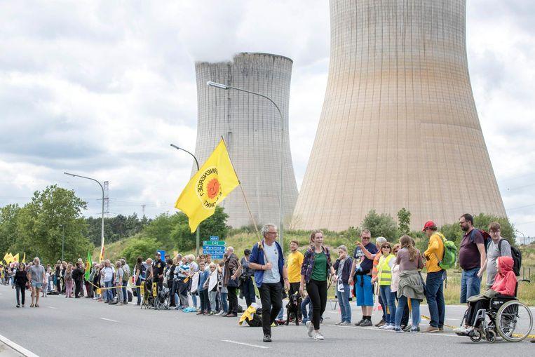 Demonstranten maakten een menselijke ketting voor de sluiting van de kerncentrale Tihange. Beeld anp
