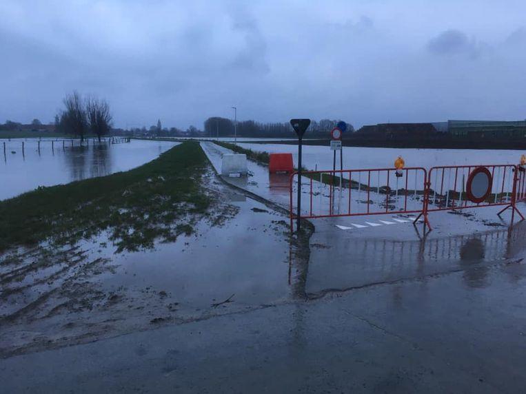 De Krekebeekstraat in Kortemark werd afgesloten door wateroverlast.